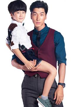 明星图片男模张亮抱儿子写真