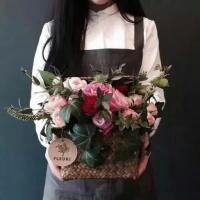 美女头像手捧鲜花唯美图片